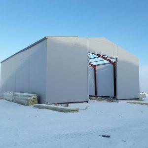 Ангар 18*40, с высотой 8 м., утеплённый сэндвич-панелями. Спроектировали, произвели каркас, сэндвич-панели и произвели монтаж всего комплекта. Так же нами установлено основание на винтовых сваях.